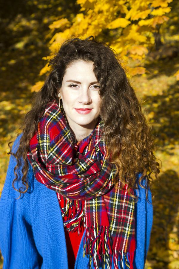 Portrait d'une belle femme élégante en parc automnal photographie stock libre de droits