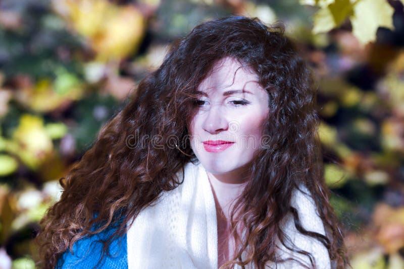 Portrait d'une belle femme élégante en parc automnal image libre de droits