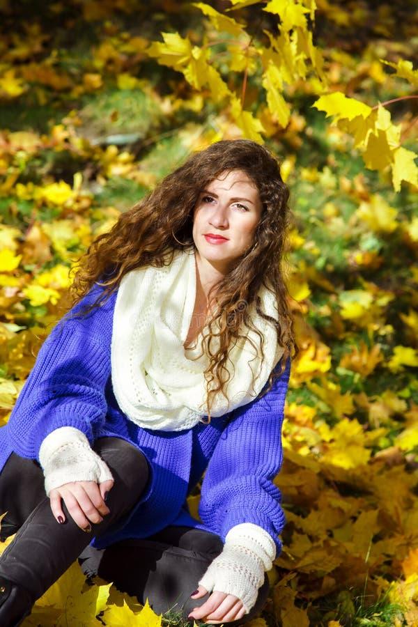 Portrait d'une belle femme élégante en parc automnal photographie stock