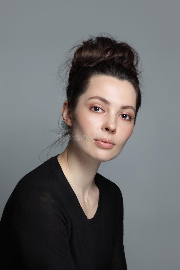 Portrait d'une belle femme au maquillage propre et aux cheveux fantaisie image stock
