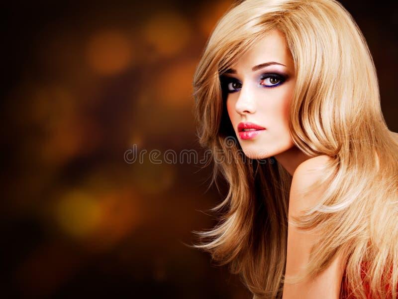 portrait d'une belle femme avec de longs cheveux blancs photo stock