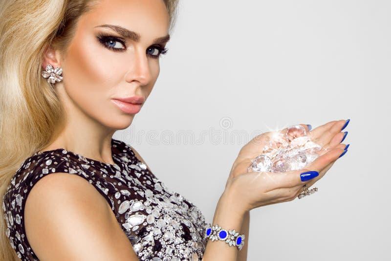 Portrait d'une belle femme avec des cristaux dans les dents et des mains photos libres de droits
