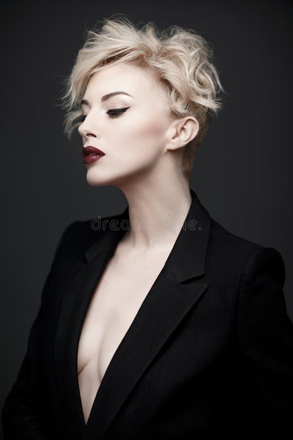 Portrait d'une belle femme avec la peau propre photographie stock