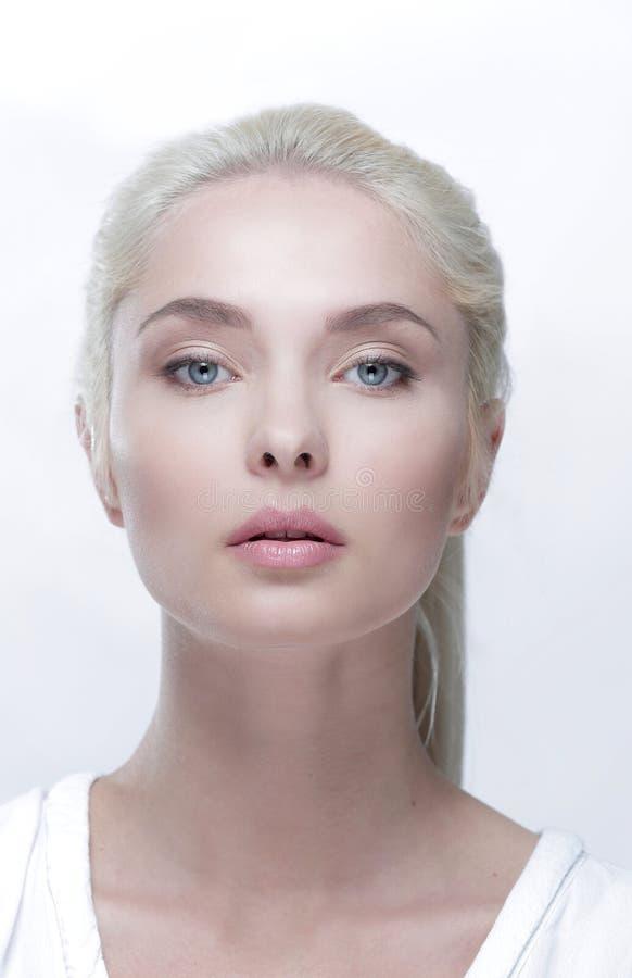 Portrait d'une belle femme blonde avec le maquillage quotidien photos stock