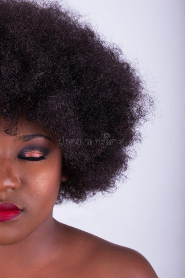 Portrait d'une belle femme d'Afro-américain avec des cheveux Afro images libres de droits