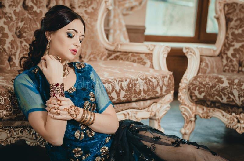 Portrait d'une belle femme dans les dres indiens de chinois traditionnel image stock