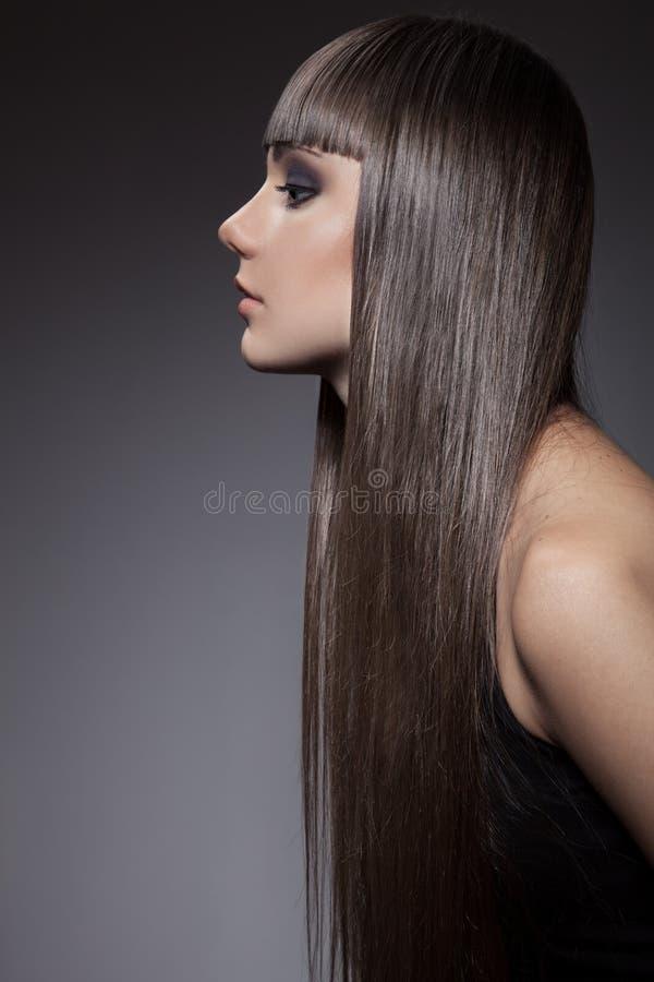 Portrait d'une belle femme de brune avec de longs cheveux droits photo stock