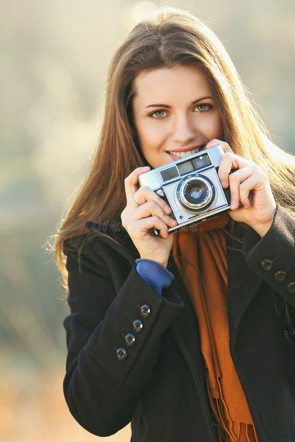 Portrait d'une belle femme de sourire avec l'appareil-photo photo stock