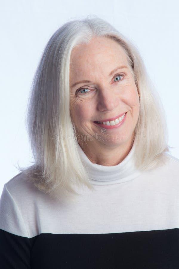 Portrait d'une belle femme plus âgée photographie stock