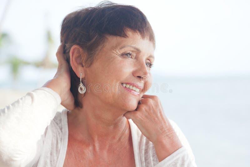 Portrait d'une belle femme plus âgée photo stock