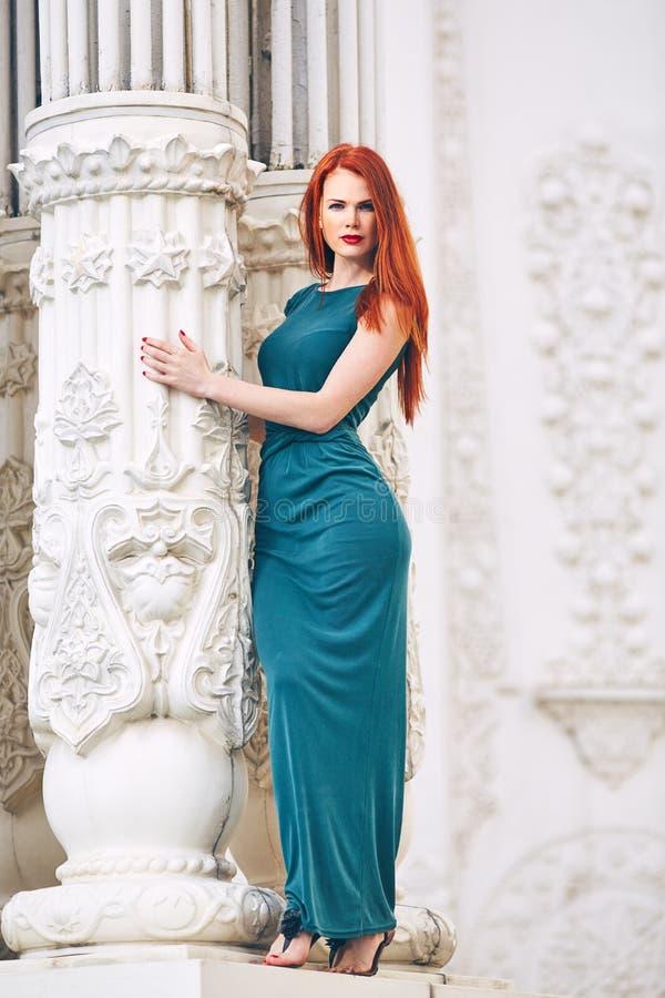 Portrait d'une belle femme rousse dans une robe verte photo stock