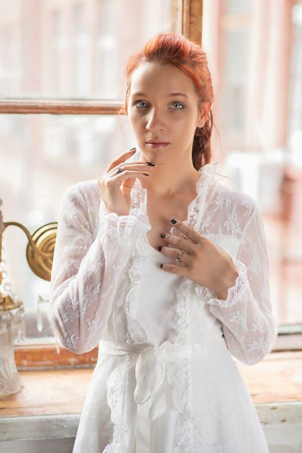 Portrait d'une belle femme rousse photo stock