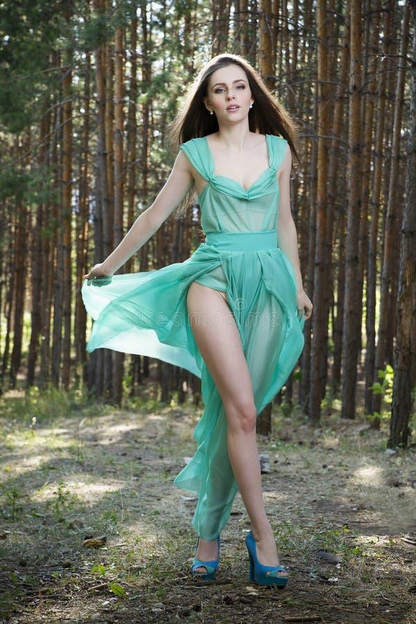 The show must go on ! [Concours | Kenan, Jenny & Lise] Portrait-d-une-belle-femme-sexy-dans-la-robe-verte-sur-la-nature-56429332