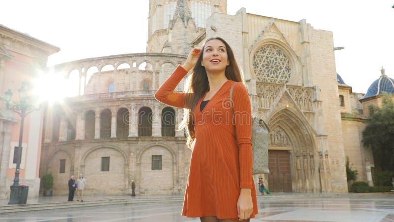 Portrait d'une belle femme touristique de Valence avec la cathédrale en arrière-plan Vue panoramique de la voyageuse avec Valence photo stock