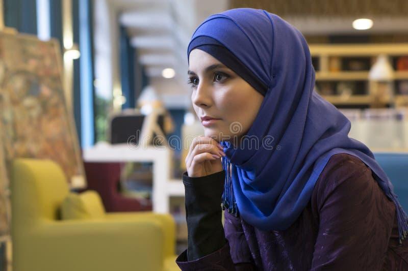 Portrait d'une belle fille d'aspect du Moyen-Orient images libres de droits
