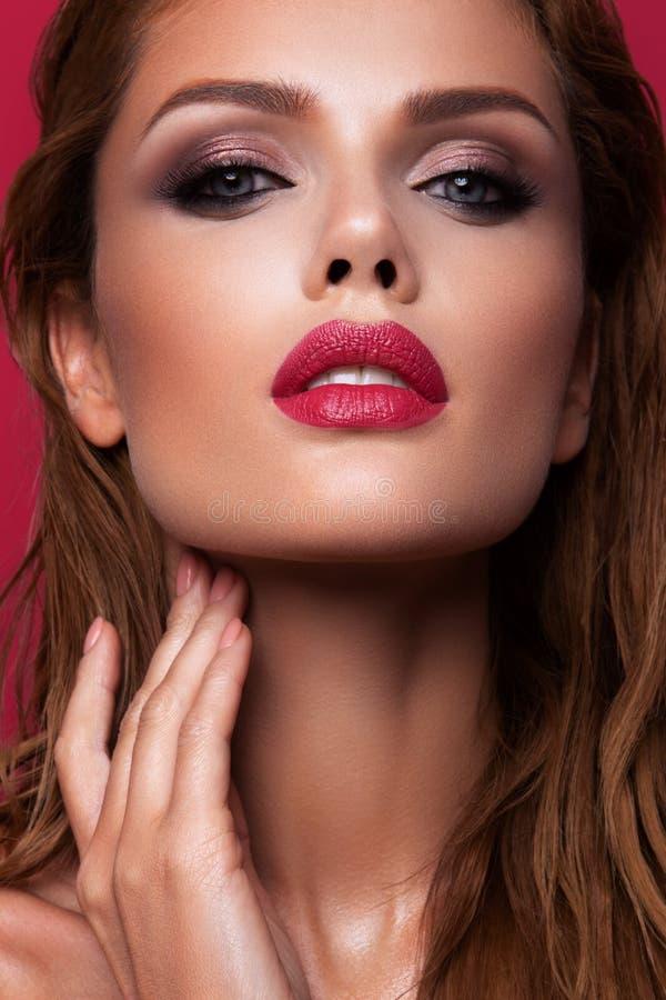 Portrait d'une belle fille aux lèvres roses images stock