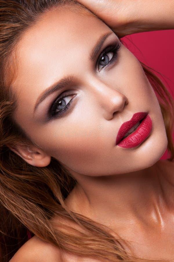 Portrait d'une belle fille aux lèvres roses photos stock