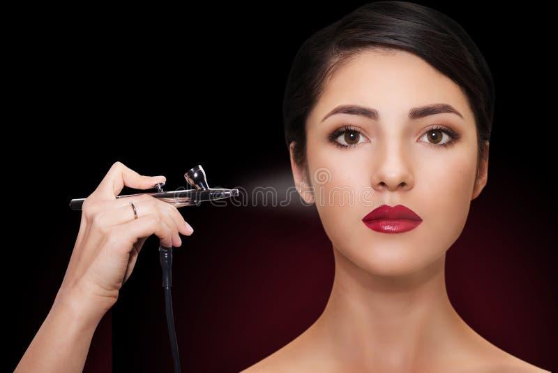 Portrait d'une belle fille avec le maquillage Composez avec l'aerographe photos libres de droits
