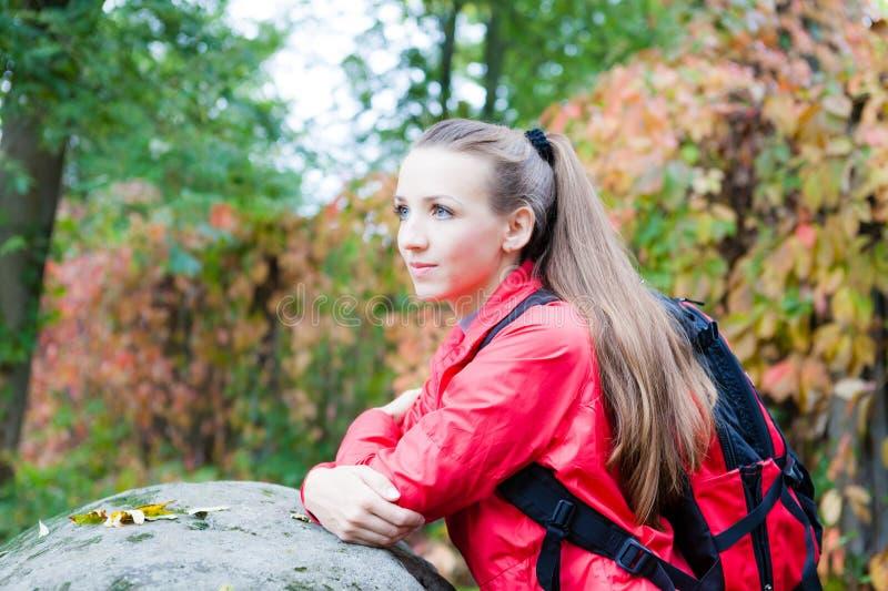 Portrait d'une belle fille avec un sac à dos près de la pierre photo libre de droits