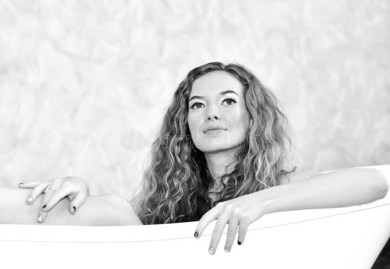 Portrait d'une belle fille dans des pyjamas blancs photographie stock libre de droits