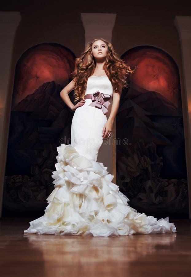 Portrait d'une belle fille dans une belle robe de mariage photo stock