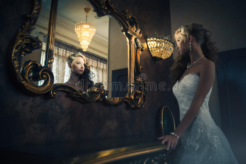 Portrait d'une belle fille dans une belle robe de mariage photographie stock