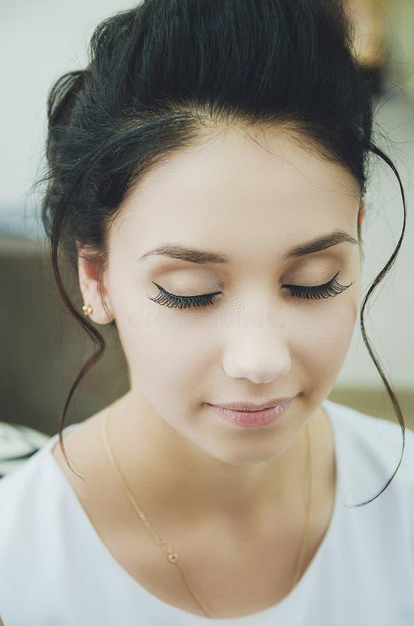 Portrait d'une belle fille de brune avec les yeux fermés, maquillage, cils faux photos stock