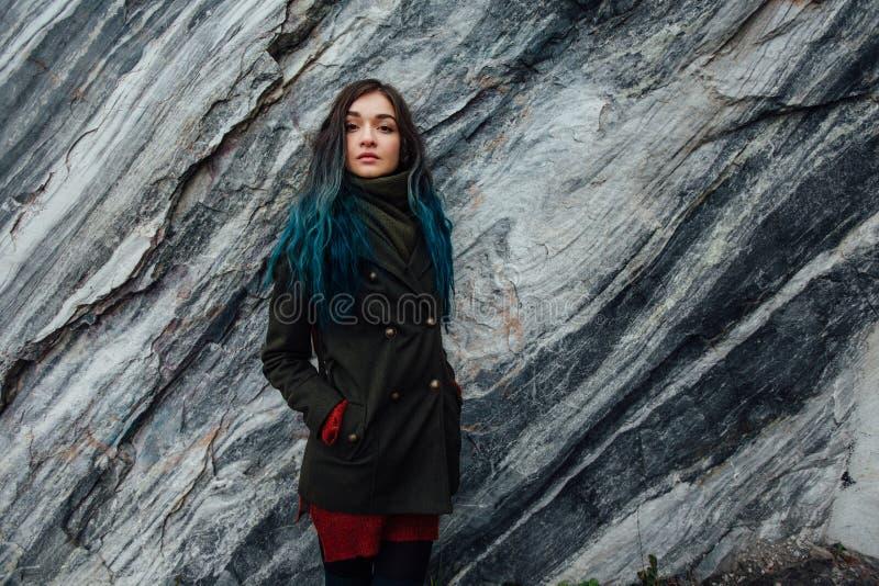Portrait d'une belle fille de hippie sur le fond les falaises rocheuses Cheveux teints, bleu, longtemps image stock