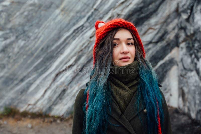 Portrait d'une belle fille de hippie sur le fond les falaises rocheuses Cheveux teints, bleu, longtemps images stock