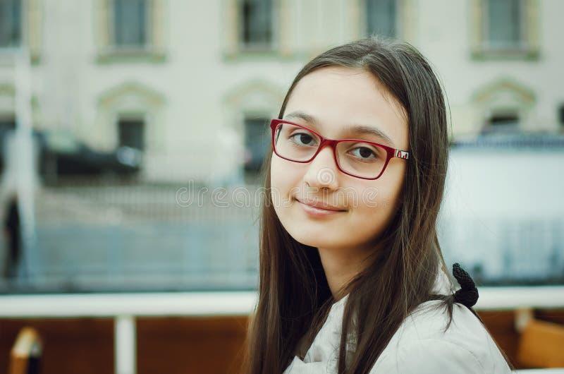 Portrait d'une belle fille de l'adolescence avec des verres photo stock