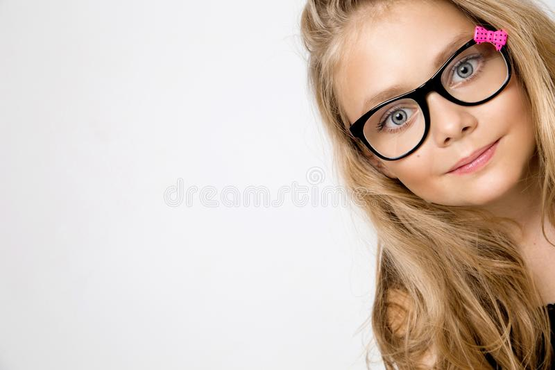 Portrait d'une belle fille de petite fille images libres de droits