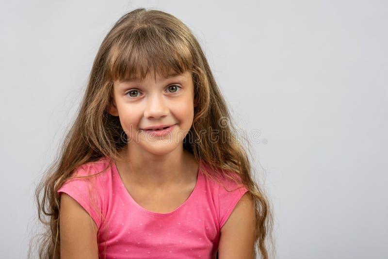 Portrait d'une belle fille européenne gaie de huit ans étonnée image stock