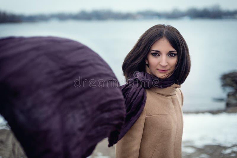 portrait d'une belle fille extérieure image stock