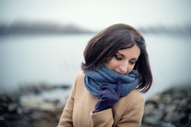 portrait d'une belle fille extérieure image libre de droits