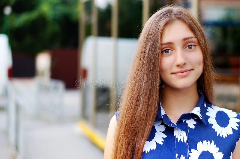 Portrait d'une belle fille marchant autour de la ville photo stock