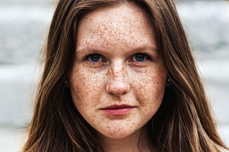 Portrait d'une belle fille rousse avec des taches de rousseur image libre de droits