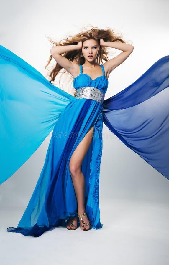 Portrait d'une belle fille rousse dans une robe bleue images libres de droits