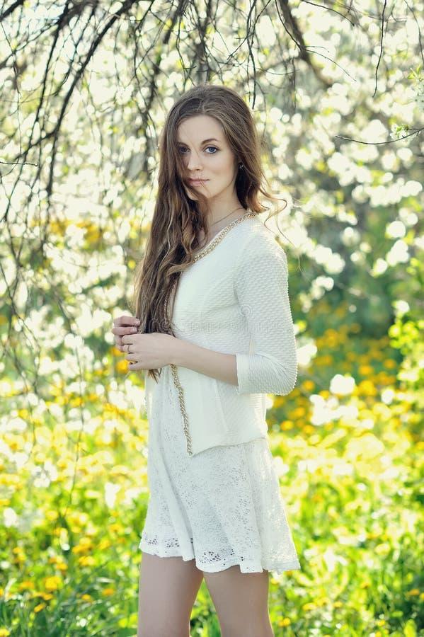 Portrait d'une belle fille seule photo stock