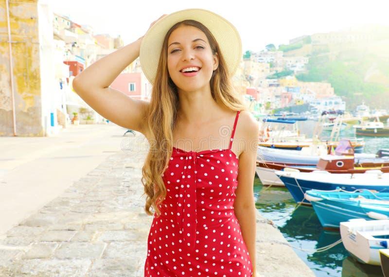 Portrait d'une belle jeune femme à Procida, Italie Fille de mode habillée en rouge et chapeau dans le port de l'île de Procida en photos stock