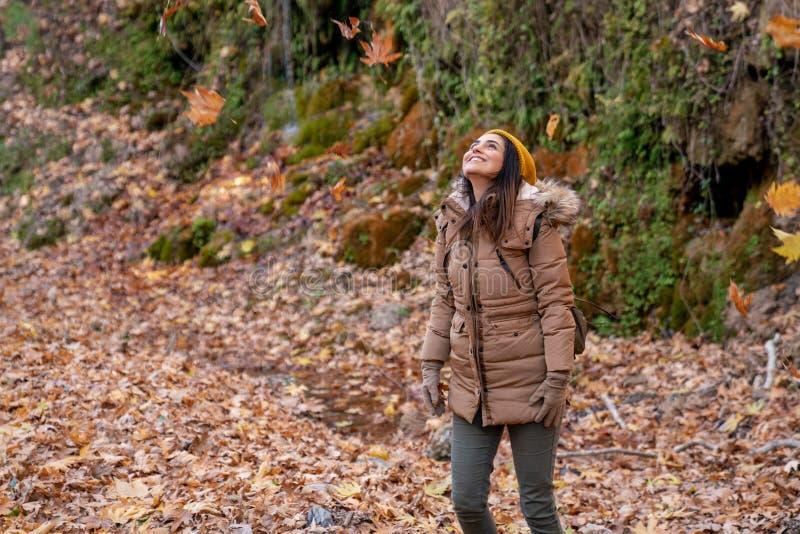 Portrait d'une belle jeune femme appréciant l'automne image libre de droits