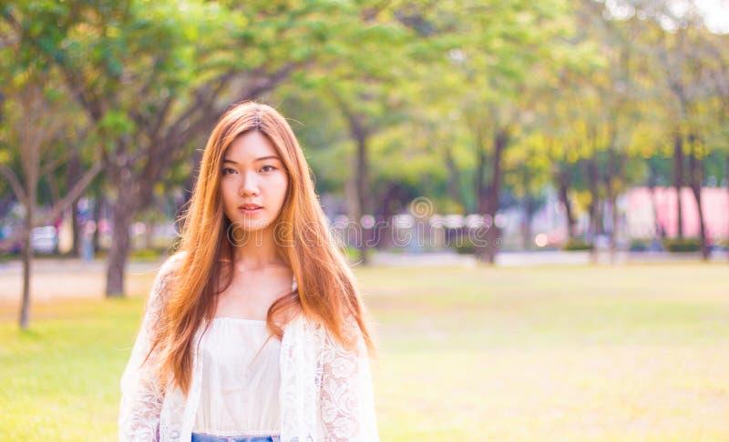 Portrait d'une belle jeune femme asiatique extérieure photographie stock libre de droits