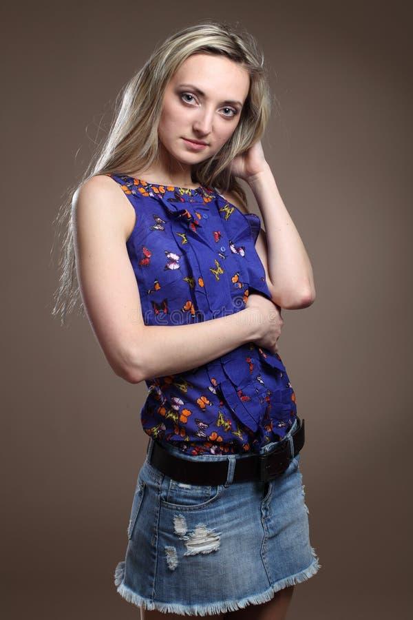 Portrait d'une belle jeune femme assez blonde sexy et attirante mince adulte de sensualité dans des shorts à la mode d'élégance b image stock