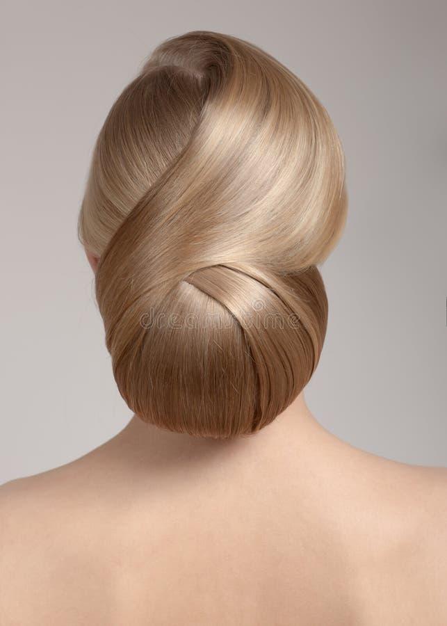 Portrait d'une belle jeune femme avec une coupe de cheveux créative, un groupe de cheveux photo libre de droits
