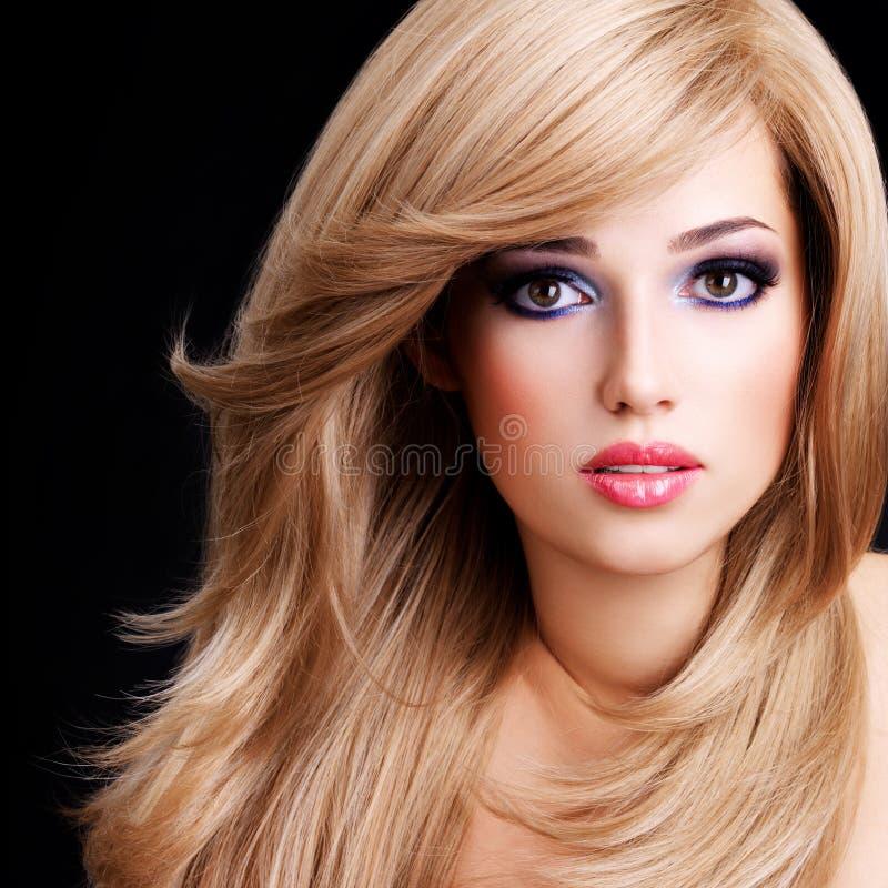 Portrait d'une belle jeune femme avec de longs poils blancs images stock