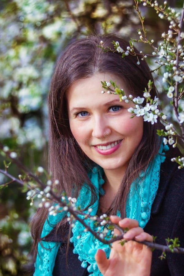 Portrait d'une belle jeune femme avec l'écharpe cyan et le bl blanc image stock