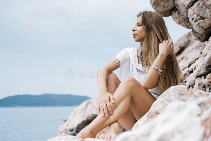 Portrait d'une belle jeune femme avec la longue séance de cheveux blonds photographie stock libre de droits