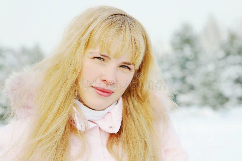 Portrait d'une belle jeune femme avec les cheveux d'or image stock