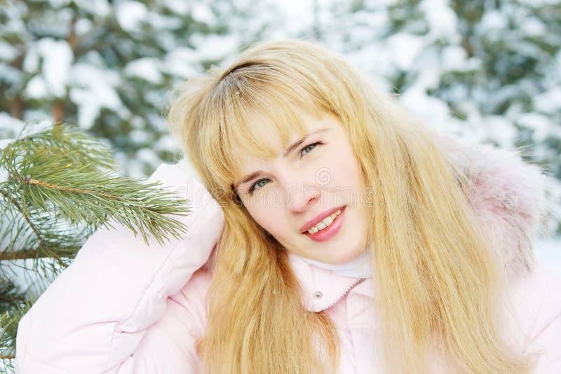 Portrait d'une belle jeune femme avec les cheveux d'or en hiver image libre de droits