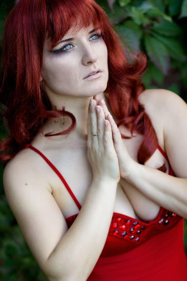 Portrait d'une belle jeune femme avec les cheveux rouges photo stock