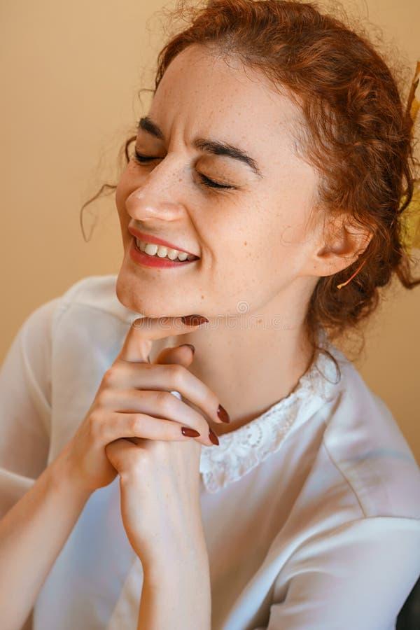 Portrait d'une belle jeune femme avec les cheveux rouges, souriant avec bonheur photographie stock